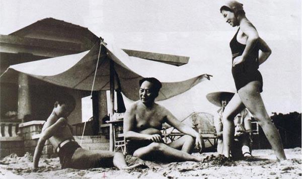 1954年毛泽东和女儿李纳、李敏、侄子毛远新在北戴河浴场。