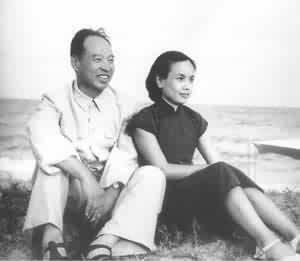 1955年8月,彭真与夫人张洁清在北戴河海滨。