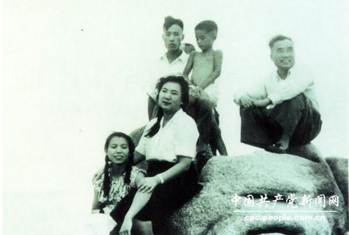 1950年,朱德一家在北戴河海滨。