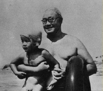 1954年夏,刘伯承和儿子在北戴河游泳。