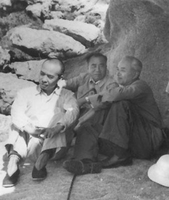 1953年8月27日,朱德、李富春和地质学家李四光在北戴河。